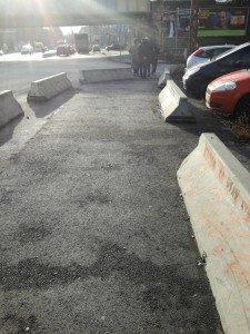 A betontömbök láthatóak a képen, melyek mást üzennek egy látónak és mást egy fehérbottal tájékozódó gyalogosnak