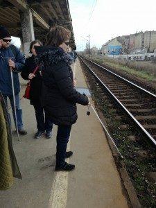 A vasútűllomáson nincs semmilyen taktilis jelzés, még a sodrási sáv sincs jelölve