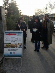 Egy járdára helyezett megállítótábla látható a képen, mely egy boltot reklámoz, a tesztelők beleütköztek