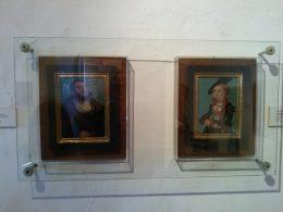 A képen a Batthyány-család lovagtermének falán elhelyezett festményekből látható kettő, ilyen képek léte is kellékei a valódi nemességnek