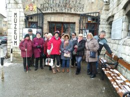 A képen az újpesti csoport látható a bejárat előtt