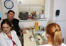 A képen az előadás utáni beszélgetés egy pillanata látható, asztal mellett ülnek a résztvevők