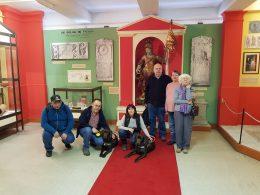 A kőbányai klubtagok a múzeum előterében állnak és mosolyognak a kamerába