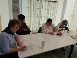 A képen a zuglói tagok egy asztal körül ülnek