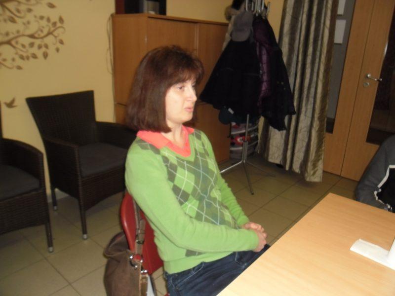 A képen Koós Andrea tart előadást a Braille-írásról