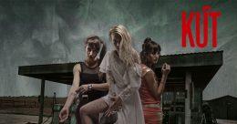A képen a film plakátja látható, amelyen három fiatal nő bajt jóslóan áll egy benzinkútnál