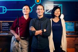 A képen Matt King azon munkatársaival látható, akikkel a Facebook akadálymentesítési projektjén dolgoztak. Ez még rajta kívül két ember.