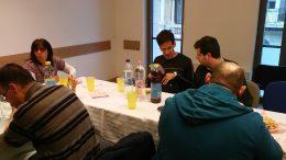 Két résztvevő meghitten beszélget az asztalnál