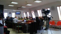 A képen az önkormányzati ülés képe látható, ahol a VGYKE támogatásáról döntöttek