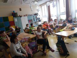 Az osztályteremben ülő diákok figyelik Panka és Era bemutatkozását