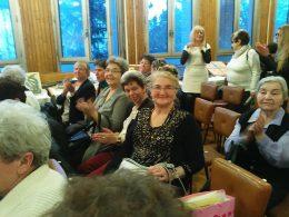 A nőnapi műsor óbudai résztvevői a sorok között ülnek a nőnapi előadáson