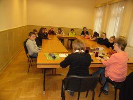 A KMO-ban egy osztály ül az asztalok körül és beszélgetnek az érzékenyítést végzőkkel
