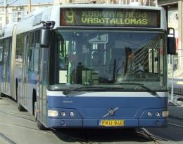 A képen egy 9-es busz látható szemből fényképezve