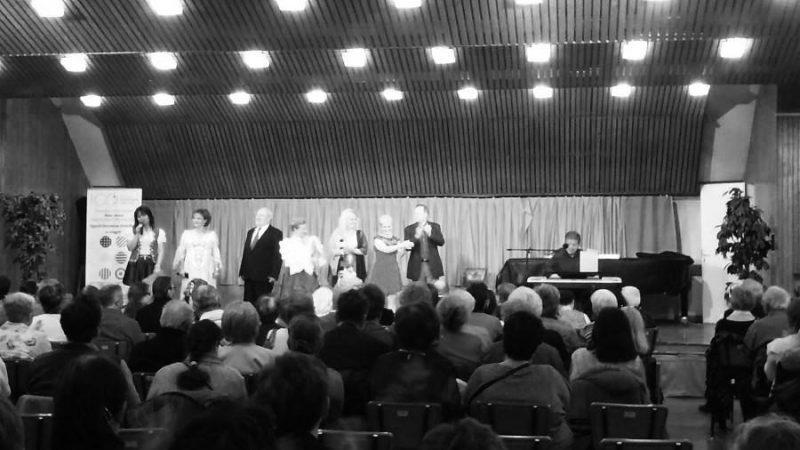 A képen a gála egy pillanata látható, amint az MVGYOSZ nagytermében a színpadon van sok előadó