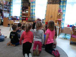 Ovisok aktívan részt vesznek a szemléletformáló programon, éppen egy beszélőt ülnek körbe