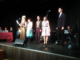 A képen a békásmegyeri előadás szereplői láthatóak a színpadon