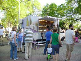 A képen egy ételárusító kocsi látható a kispesti fesztiválon