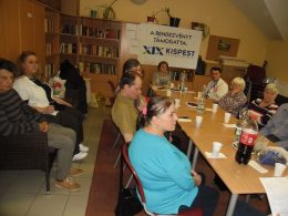 A képen a kispesti klub tagjai hallgatják az előadást