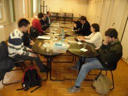 A képen a XVIII. kerületi tagok ülnek egy asztal körül és hallgatják Robit, a klub szervezőjét