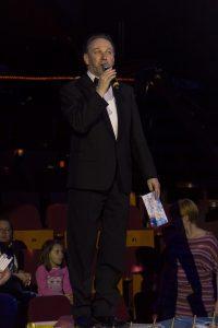 Fekete Péter, a cirkusz vezetője beszél a mikrofonba