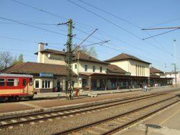 A képen egy magyarországi vasútállomás látható, semmilyen módon nem akadálymentes