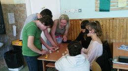 Párosító játékot játszanak a rákosmenti érzékenyítésen a diákokkal a VGYKE munkatársai
