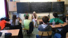 A rákosmenti érzékenyítésen egy tanteremben ülve beszélgetnek a diákokkal a VGYKE munkatársai