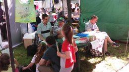 Az egyesület szervezői beszélgetnek a majális látogatóival Rákosmentén