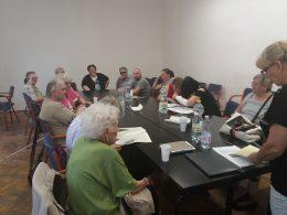 Az újpesti klubnapon egy asztal ülnek körül a tagok