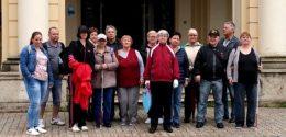 A képen az újpesti klubtagok láthatóak az egyetem épülete előtt, ahova látogatóba mentek