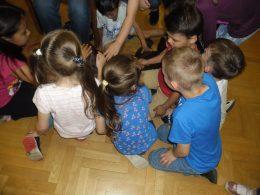 A kispesti érzékenyítésen kutyát simogatnak a gyerekek