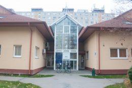 A képen a klub helyszíne látható, a kispesti családsegítő bejárata