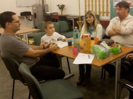 Az angyalföldi klubnap látogatói egy asztal körül ülnek