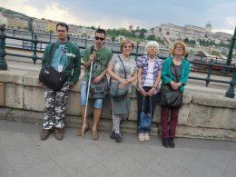 A séta résztvevői a Duna partján állnak