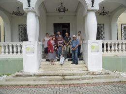 A kirándulócsoport a kastély bejáratánál