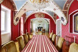A kastély díszterme látható, melyet a kispesti klub meglátogatott