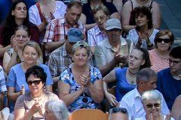 A képen a lelkes közönség látható, köztük a kispesti klubtagok is