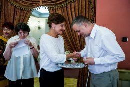 A képen az látható, ahogyan a ferencvárosi polgármester adja át a távkapcsolót Nagy Lászlónak