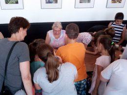 Panka párosítós játékot játszik a diákokkal