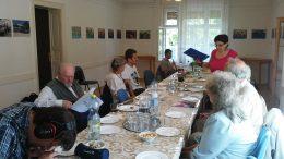 A rákosmenti klubnapon a névnaposokat köszöntik egy asztal körül ülve