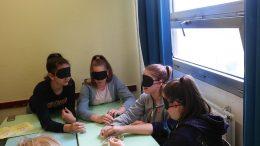 A diákok a rákosmenti érzékenyítésen egy asztal körül ülve várják a feladatokat