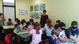 A diákok szemtakaróval ülnek egy tanteremben Rákosmentén