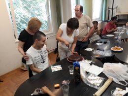 A XVIII. kerületben születésnapi tortát vágnak fel
