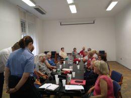 Az újpesti klubtagok hallgatják a körzeti megbízottat