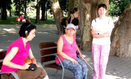 Egy padon pihennek az újpesti klub kirándulói a Margitszigeten