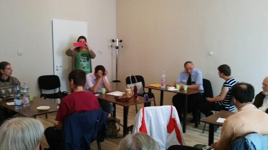 A szinkronról hallgatnak előadást az egyesület tagjai