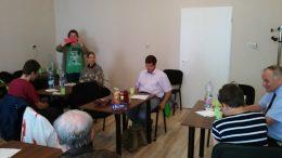 Egy teremben ülve hallgatják a szinkronról az előadást az egyesület tagjai