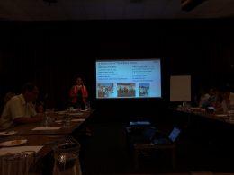 A Dechatlon előadása látható a képen amint a civilekkel való együttműködésüket mutatják be az újbudai civileknek szervezett programon
