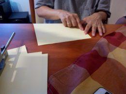 Az egyik klubtag Braille-írást olvas az újbudai klubnapon