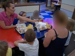 A torpicariumos kirándulás után a gyerekek egy asztalnál esznek